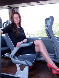 velký prostor na nohy mezi sedadly